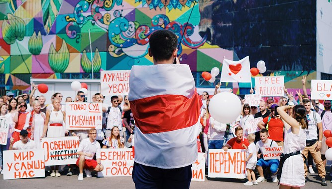 A child holding the Belarusian flag