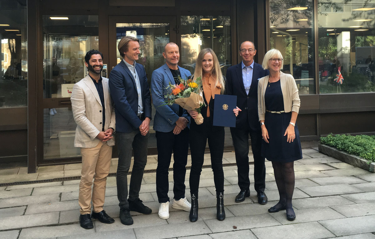 Lovisa Case, SSE MBA's scholarship recipient for 2020, together with the jury.